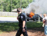 Accidente deja coche en llamas