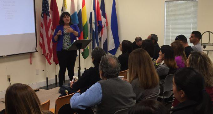Venezolanos despejan dudas y se educan en taller migratorio