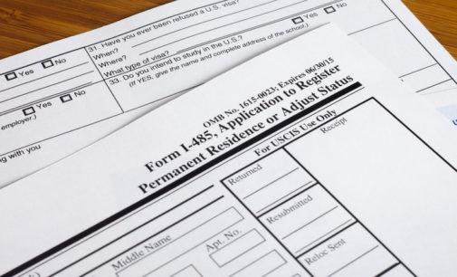¿Cómo corregir un error cometido en un formulario enviado a inmigración?