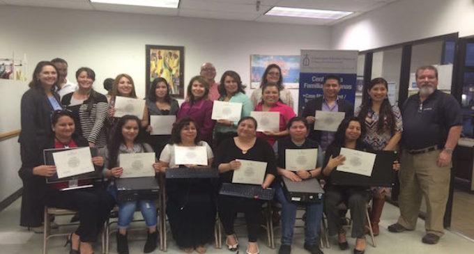 Latinos reciben computadoras a bajo costo al terminar curso