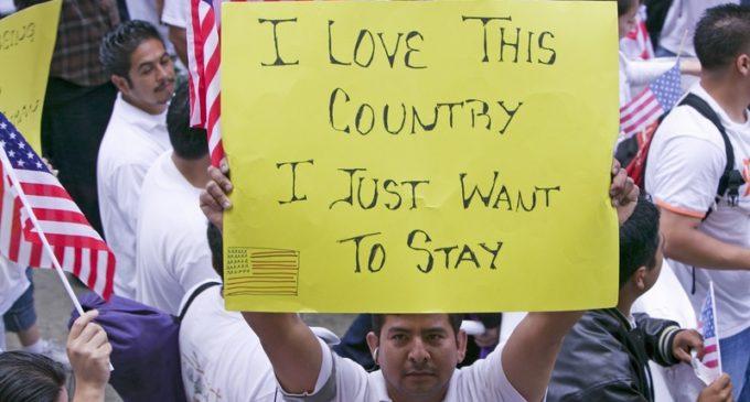 ¿Cómo puede afectar a los inmigrantes las nuevas órdenes ejecutivas migratorias de Trump?