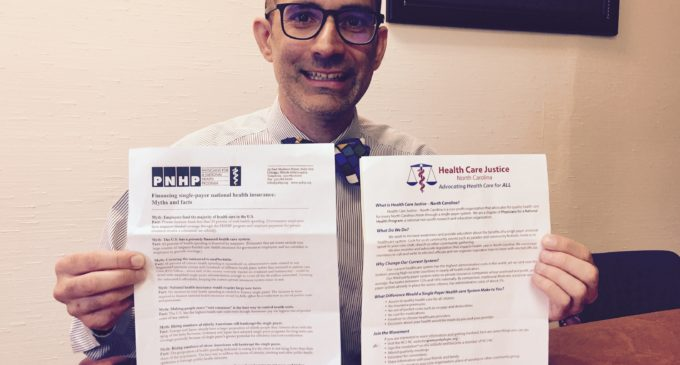 Médico promueve propuesta de seguro universal de salud