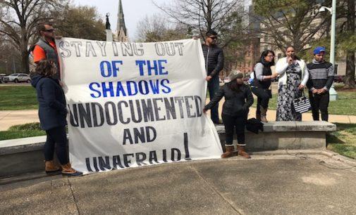 """Beneficiarios de DACA hacen un llamado para """"salir de las sombras"""""""