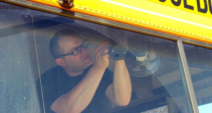 Instalan cámaras en 75 autobuses escolares