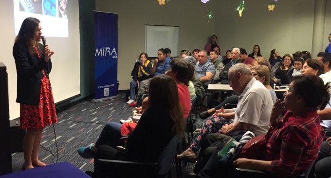 Funcionaria de Inmigración despeja dudas sobre el proceso y el examen de ciudadanía