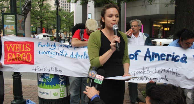 Protestan contra corporaciones que financian a grupos antiinmigrantes