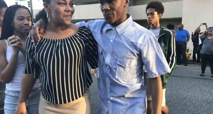 Retiran cargos contra joven que terminó arrestado luego de ser golpeado