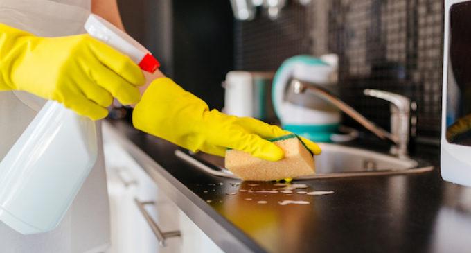 Trabajadoras de la limpieza llegan a acuerdo que les permitirá abrir sus propios negocios sin represalias