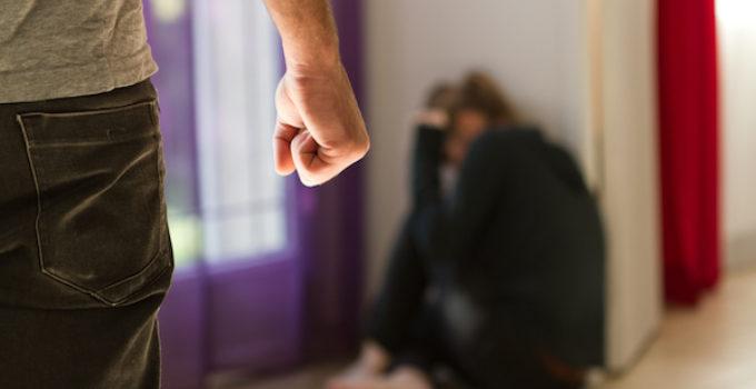 Avanza propuesta que impone tarifas a trámites de visas para víctimas de violencia