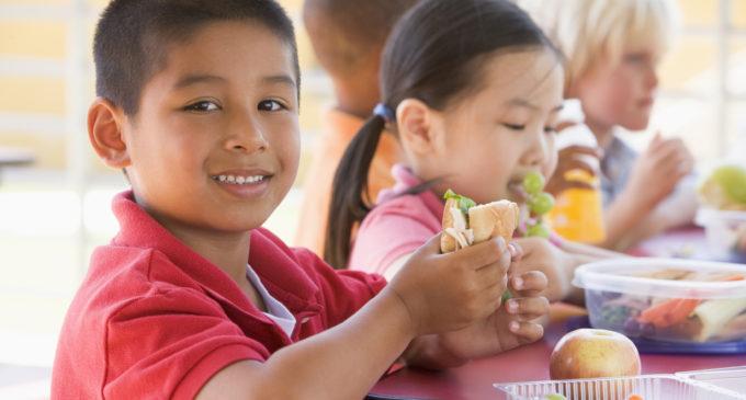 Ofrecen desayunos y almuerzos gratis para estudiantes este verano