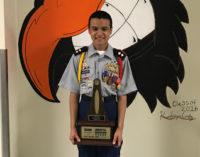 Latino se gradúa con altas condecoraciones en programa militar de secundaria