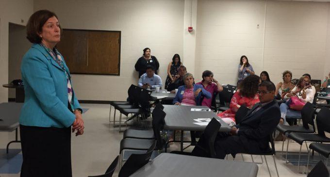 Aclaran dudas a latinos sobre plan de asignación escolar