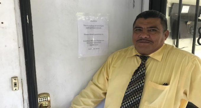 Pastor salvadoreño se refugia en santuario en Durham