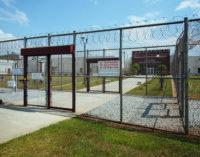 Abogados denuncian trabas por parte de autoridades en cárcel de inmigración