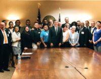Gobernador se compromete a vetar proyectos de ley antiinmigrantes