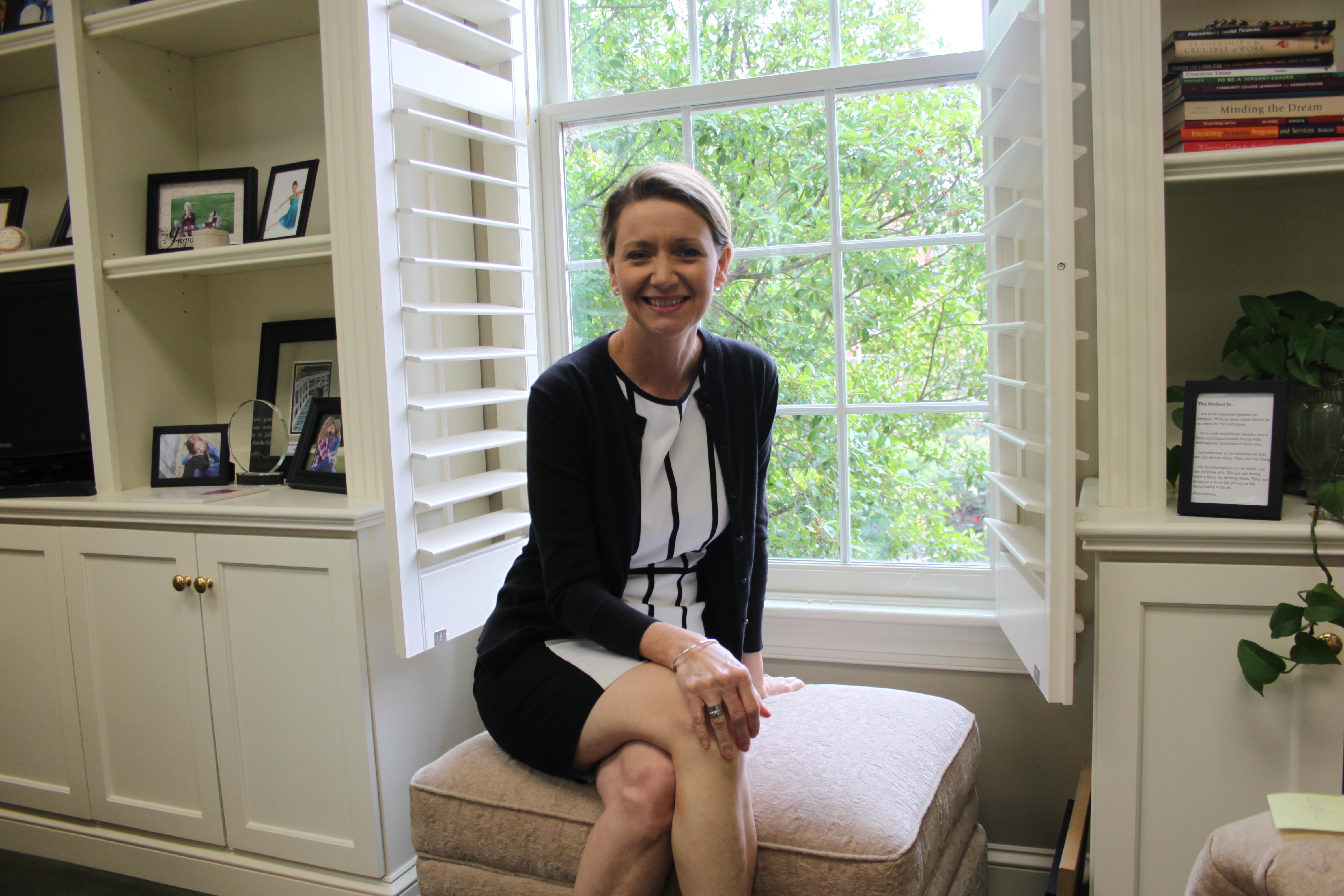 Foto de Dra. Kandi Deitemeyer en su oficina
