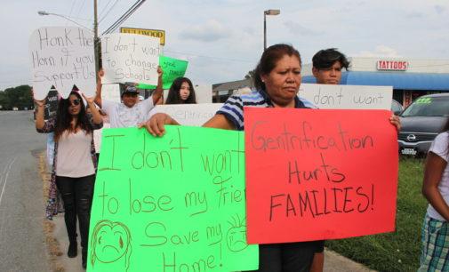 Familias latinas buscan apoyo para evitar abandonar sus hogares