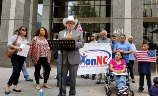 Protestan contra bancos por financiar cárceles de inmigración