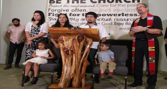 Inmigrante mexicano es acogido en santuario en Iglesia de Raleigh