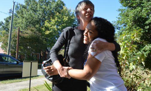 Eliminan orden de deportación de madre refugiada en iglesia de Greensboro
