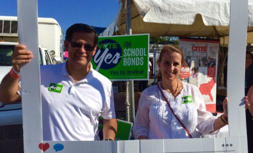 Piden apoyo de latinos para votar por los bonos escolares