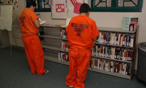 Presos latinos pueden educarse en la cárcel mientras sus casos se resuelven