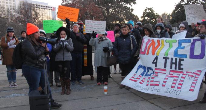 Jóvenes con DACA y TPS piden al gobierno la legalización