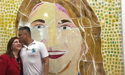 """Rinden homenaje a profesora latina con mural """"Caras de la Diversidad"""""""