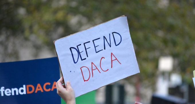 Juez federal prohibe a gobierno eliminar DACA