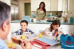 Una familia desayunando antes de empezar su día.
