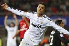 Cristiano con las manos extendidas corriendo en la cancha después de meter un gol.