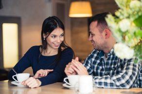 Una pareja hablando mientras toman una taza de café