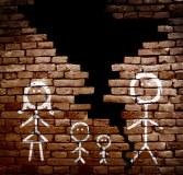 dibujo de una familia separada por un muro quebrado.