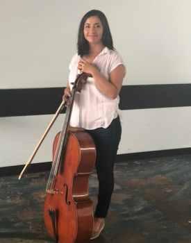Foto de Marlene Ballena con su violonchelo.