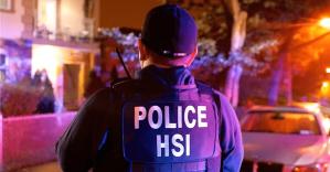 Agente de ICE haciendo guardia.