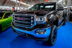 Foto de una camioneta negra de GMC.