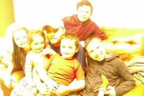 Foto de Oscar con sus cinco hijos y su esposa.