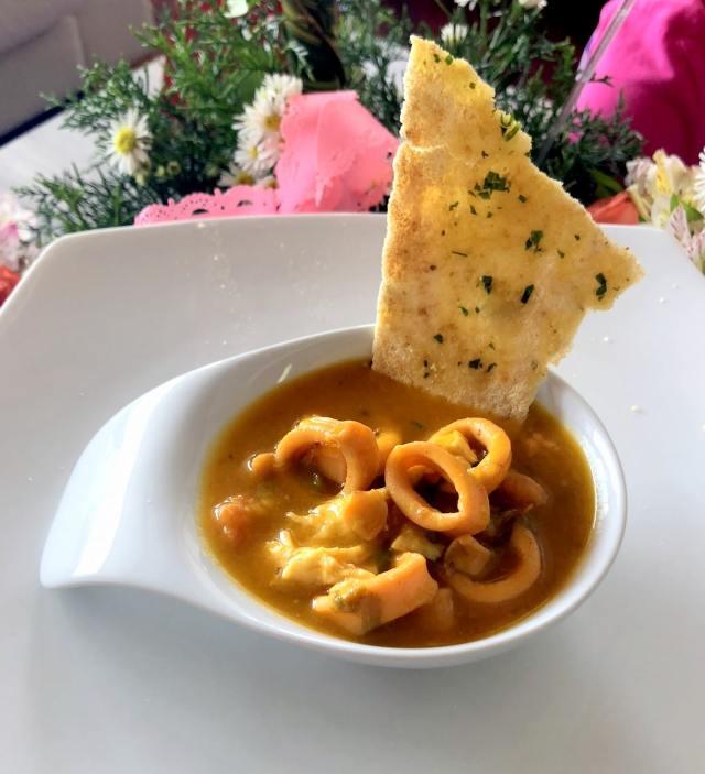 Foto de la sopa fosforera en un plato blanco