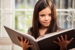 una niña leyendo un libro
