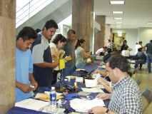 Representantes del consulado móvil de México atendiendo a clientes.