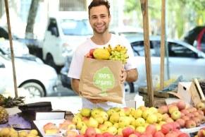 hombre comprando frutas en un mercado abierto