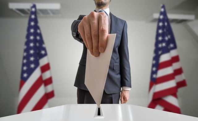 hombre emitiendo su voto