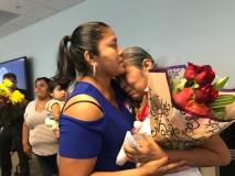 Una madre e hija abrazando tras años de no verse.