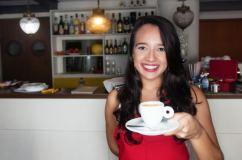 Una joven sirviendo una taza de café