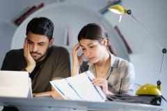 Foto de una pareja viendo sus cuentas bancarias.