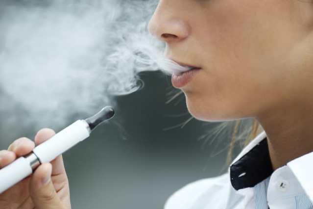 Joven fumando un cigarrillo electrónico