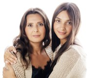 hija abrazando a su madre