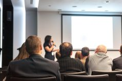 Empresarios en conferencia.
