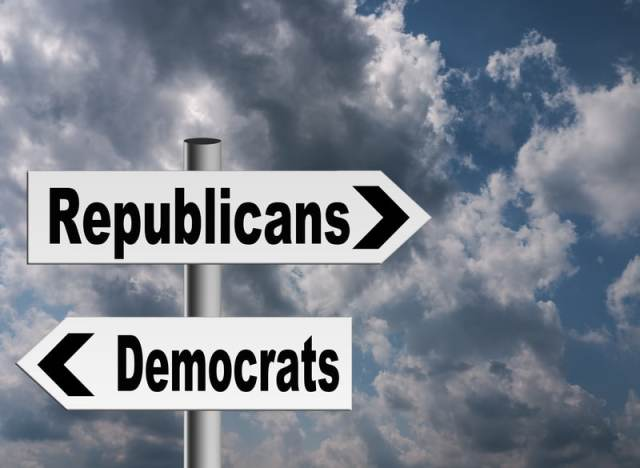 Un letrero apuntando a Republicanos y Democratas.