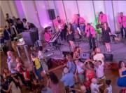 Personas bailando en el museo Mint